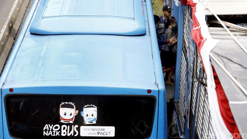 Ganjil-Genap Diberlakukan, Karyawan Pilih Naik TransJ