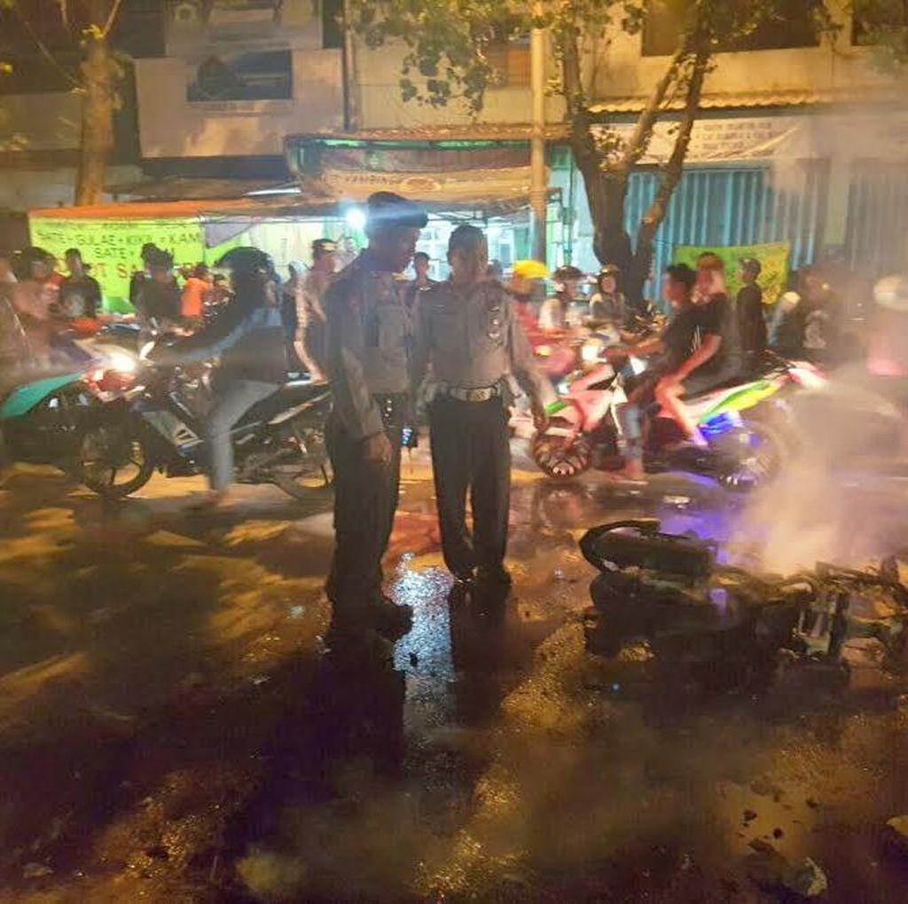 Jatuh Saat Beraksi, Motor Penjambret Dibakar Massa