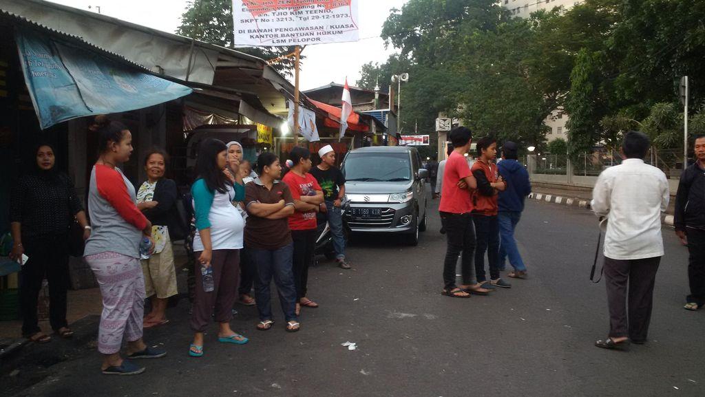 Jelang Penertiban, Ratusan Warga Rawajati Berjaga di Depan Rumahnya