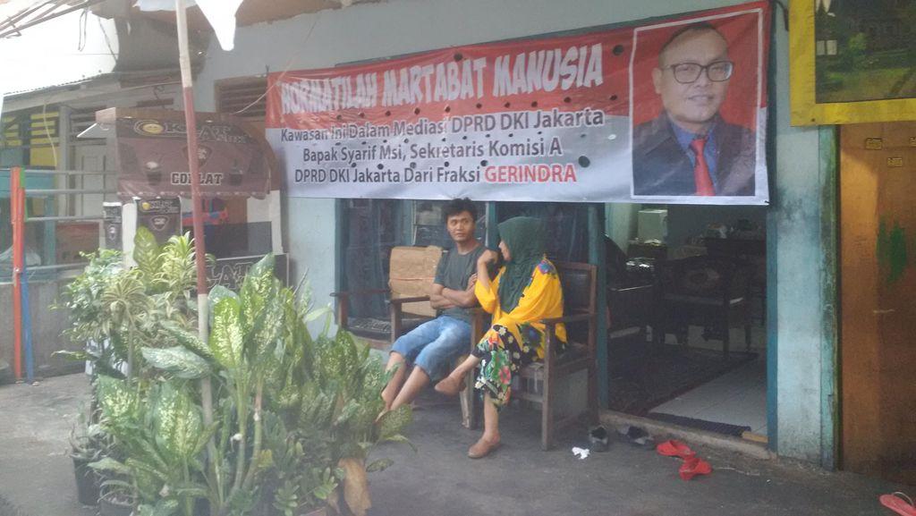 Spanduk dan Bendera Partai Terpasang di Lokasi Penertiban Rawajati