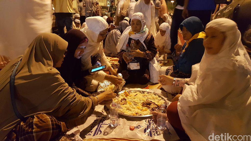 Jamuan Makan Nasi Arab Nikmat Untuk Jemaah Indonesia