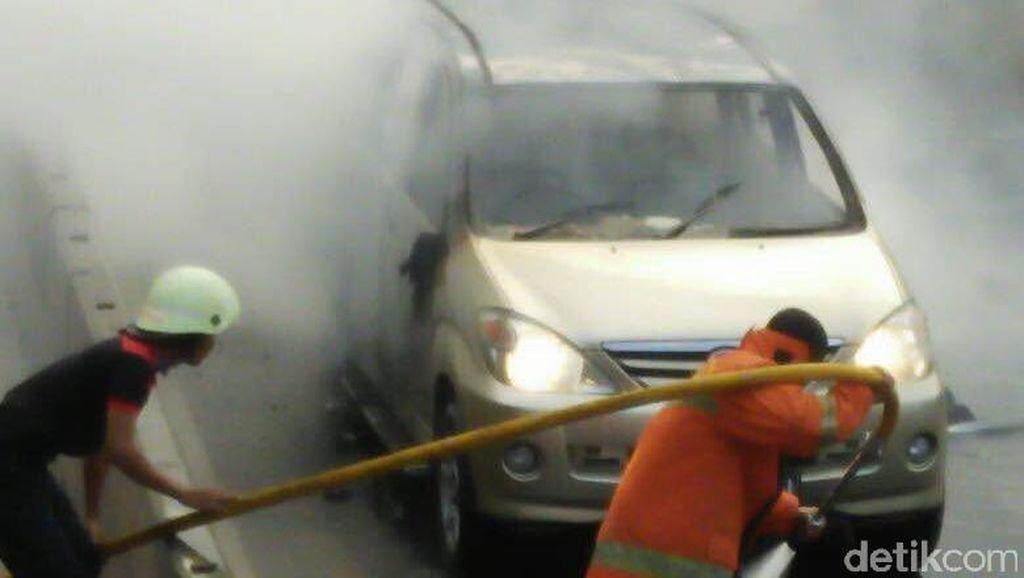 Xenia Terbakar di Jalan Pemuda Rawamangun, Arus Lalin ke Pulogadung Padat