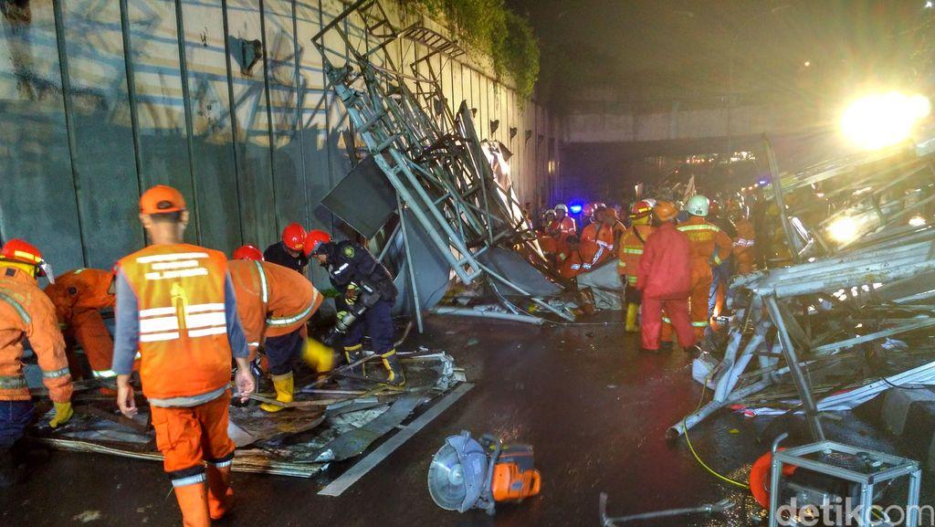 Petugas Mulai Evakuasi JPO Ambruk di Pasar Minggu, Jalan Masih Ditutup