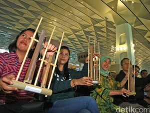 Promosi Budaya Angklung di Terminal 3 Soeta