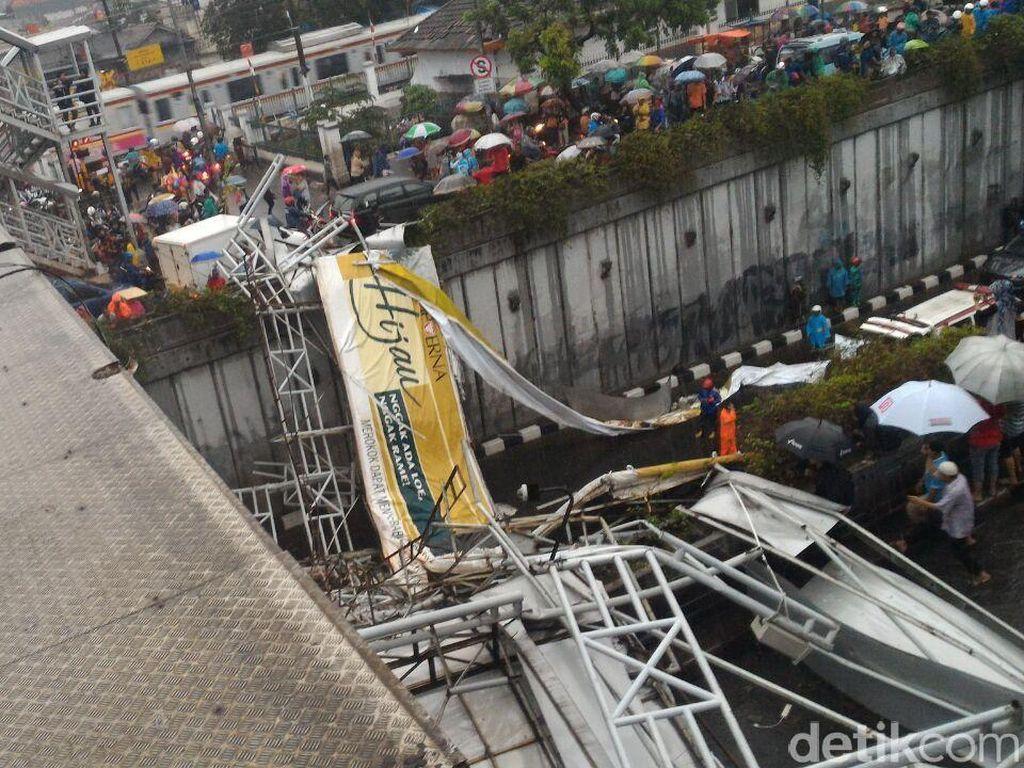 Sebelum Ambruk, Atap JPO Pasar Minggu Sudah Rapuh dan Goyang Saat Hujan
