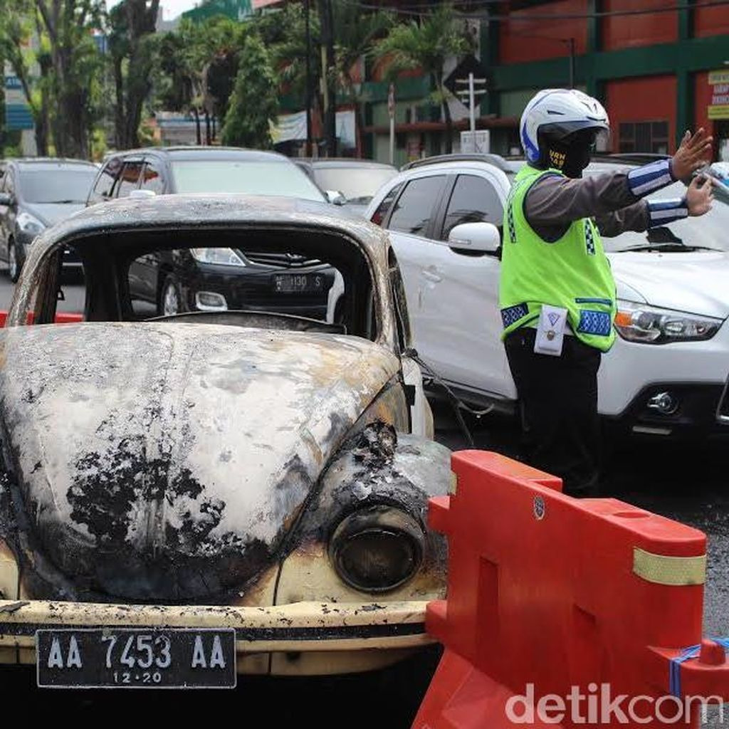 Mobil VW Kodok Terbakar di Traffic Light Pucang