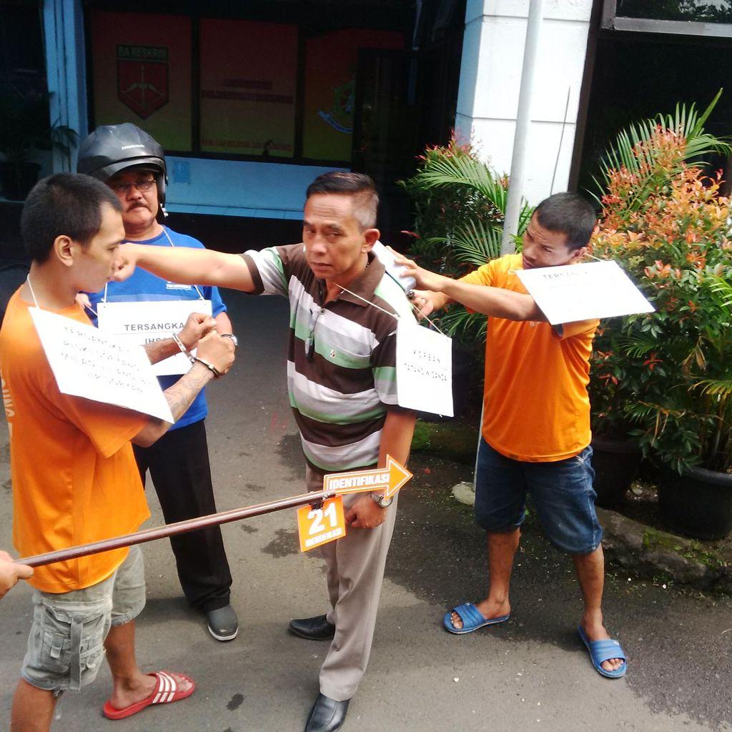 Rekonstruksi Pembunuhan, Guru Olahraga Jatuh Bangun Lawan Preman yang Mengeroyoknya