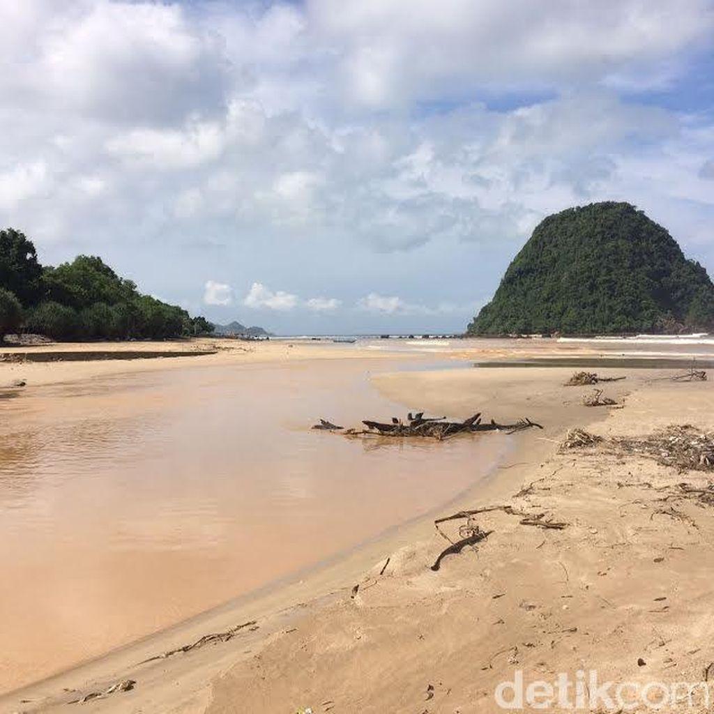 Lagi, Pantai Pulau Merah di Banyuwangi Tercemar Lumpur