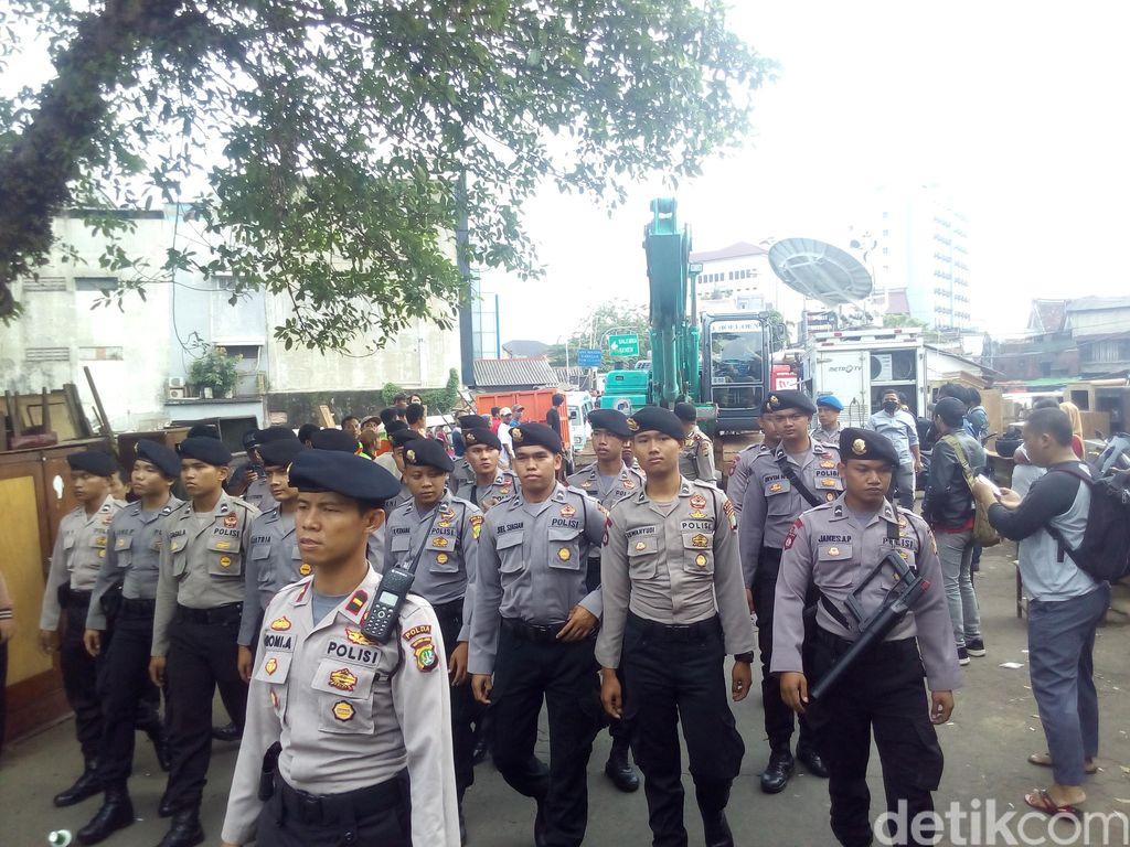 Backhoe Mulai Ratakan Bangunan di Bukit Duri, Jakarta Selatan