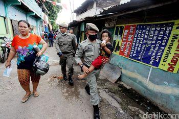 Satpol PP Bantu Warga Bukit Duri Evakuasi Barang