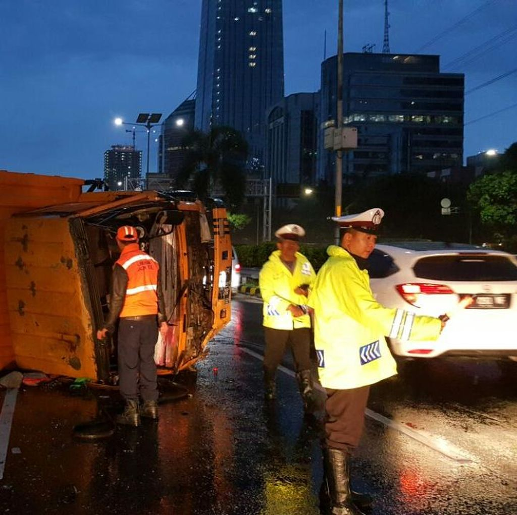Polisi Evakuasi Truk yang Terbalik di Tol Dalam Kota Arah Semanggi