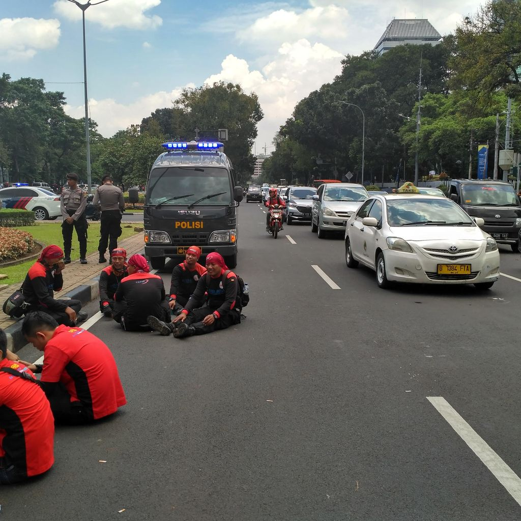 Buruh Demo Pindah dari Balai Kota DKI ke Bundaran Patung Kuda, Lalin Padat