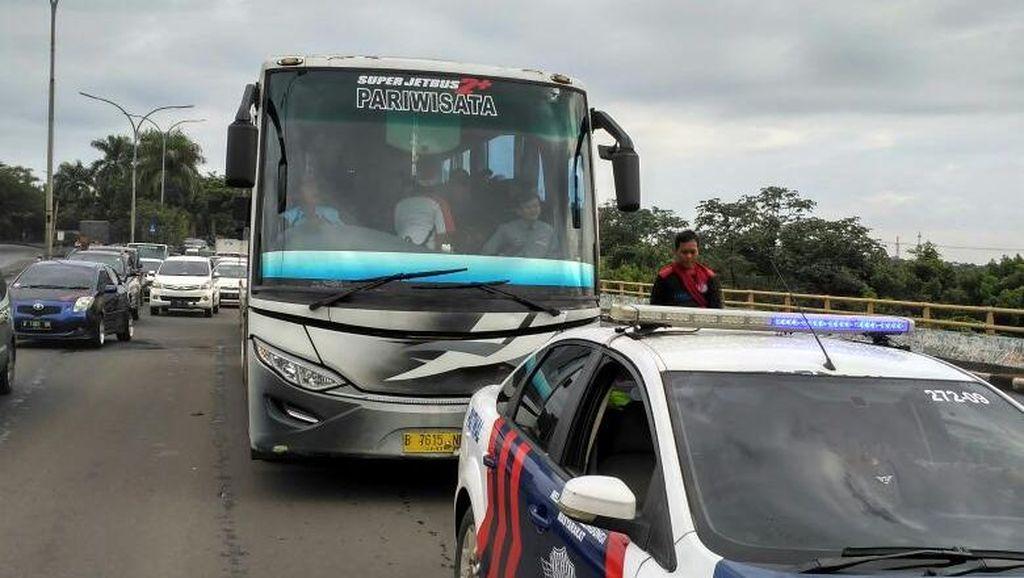 Polisi Kawal Massa Buruh yang Bergerak dari Bogor ke Jakarta untuk Demo