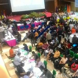 Sudah Malam, Ratusan Pendaftar Tax Amnesty Masih Padati Kantor Pajak