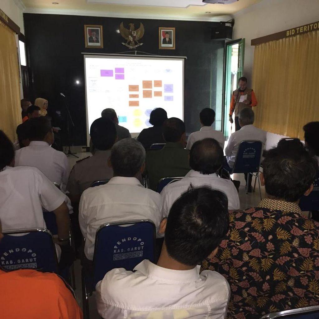 Tiba di Garut, Jokowi Dengarkan Paparan BNPB Soal Penanganan Banjir Bandang
