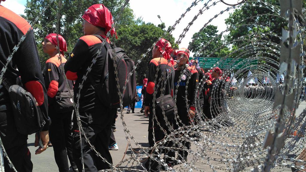 Ratusan Buruh Tiba di Istana, Jl Medan Merdeka Barat Ditutup
