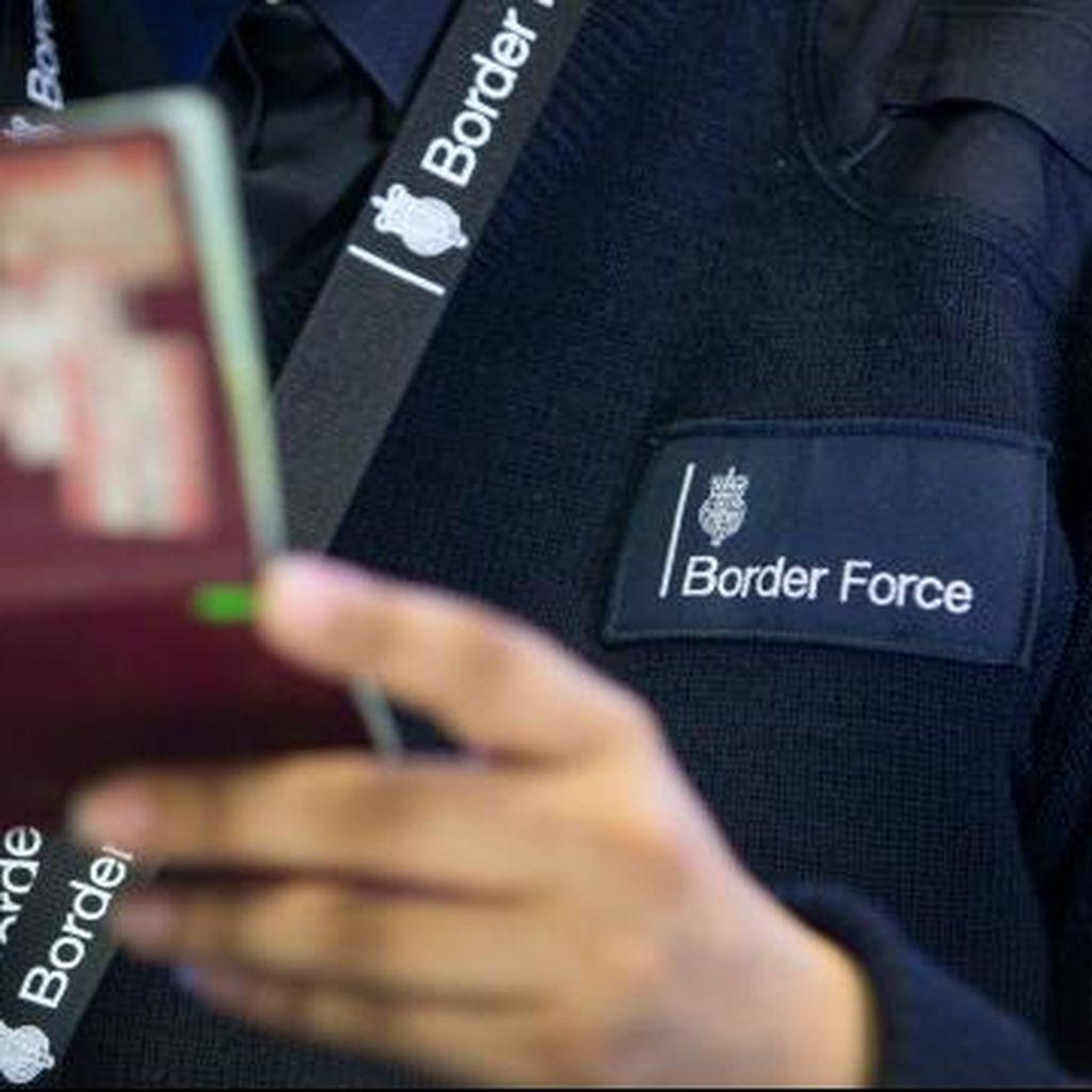 Warga Prancis Gugat Larangan Foto Tersenyum di Paspor