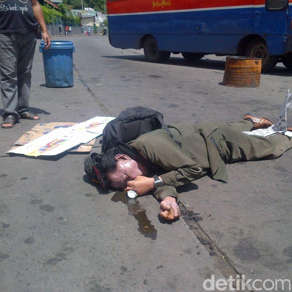 Seorang Pria Jatuh dan Meninggal Usai Minum Teh Kemasan di Terminal Blok M
