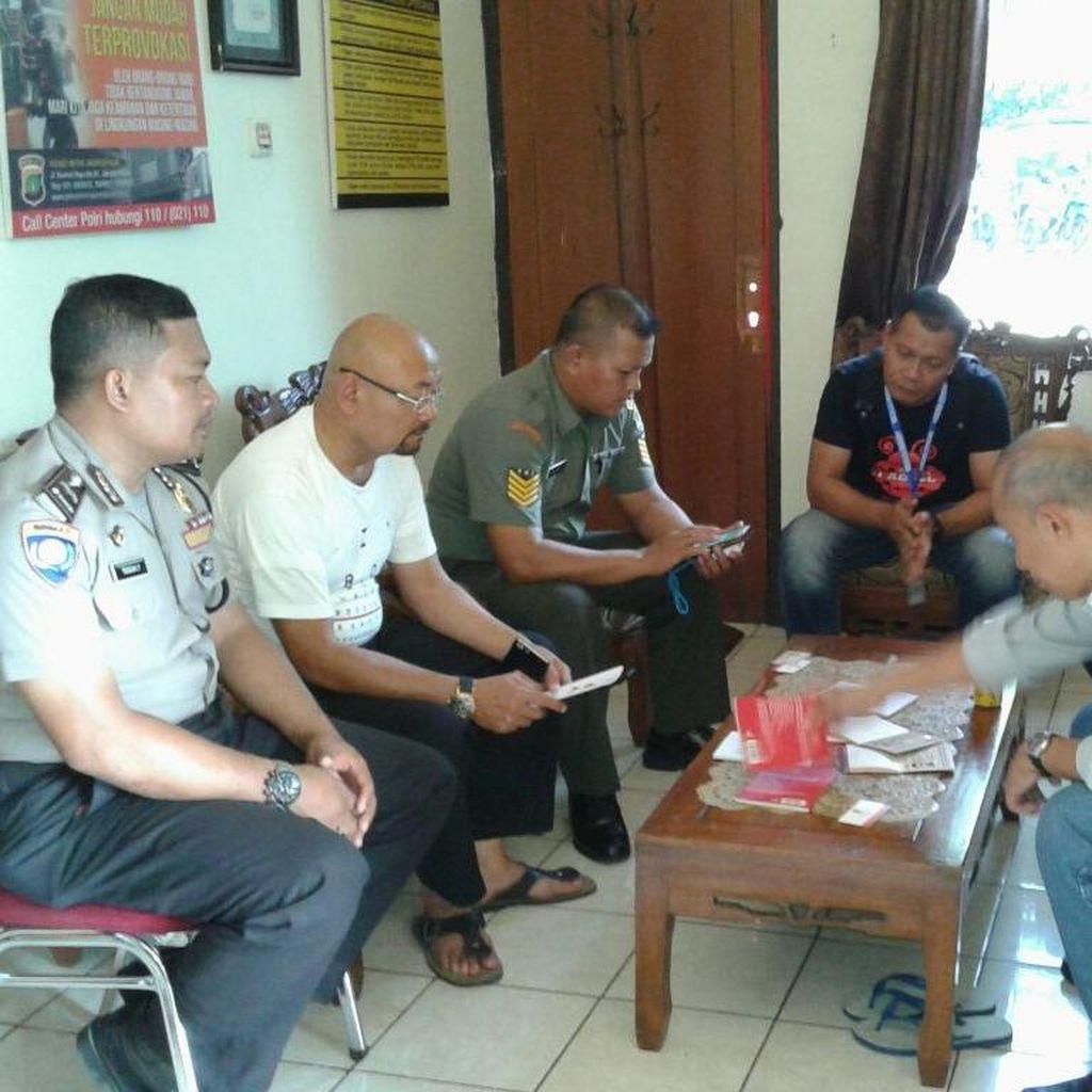Polisi Amankan 4 WN Malaysia yang Jual Buku Berlogo Palu Arit di JCC