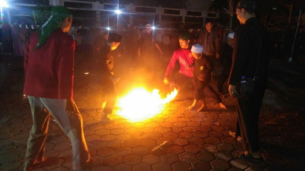 Serunya Main Sepak Bola Api di Semarang untuk Peringati Tahun Baru Islam