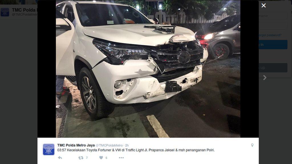Fortuner vs VW Bertabrakan di Perempatan Prapanca, Jakarta Selatan
