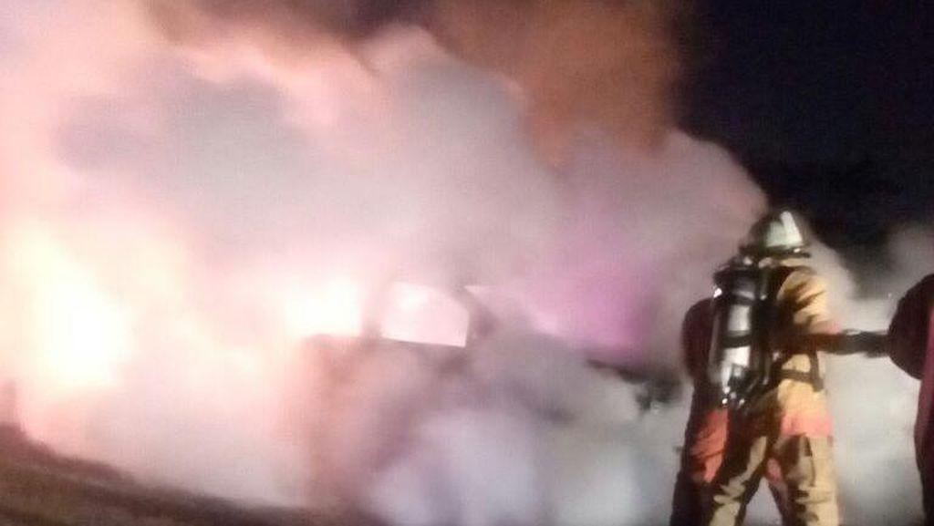 Mobil Chevrolet Terbakar di Kawasan Bandara Soetta, Pengemudi Selamat