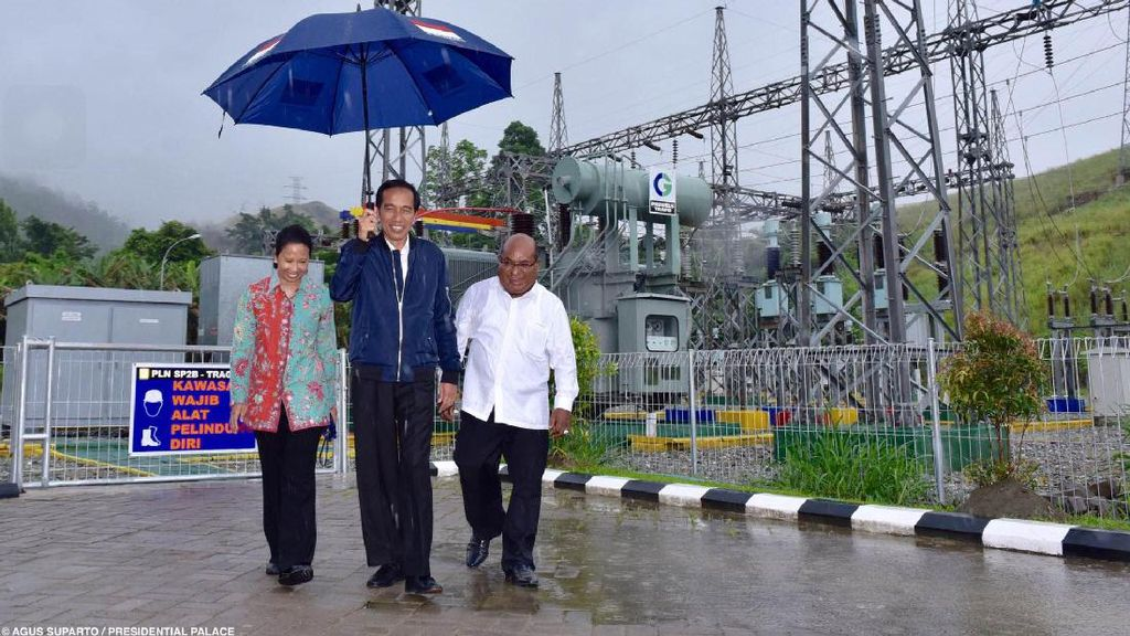 Cerita Gubernur Papua yang Dipayungi Jokowi Saat Hujan