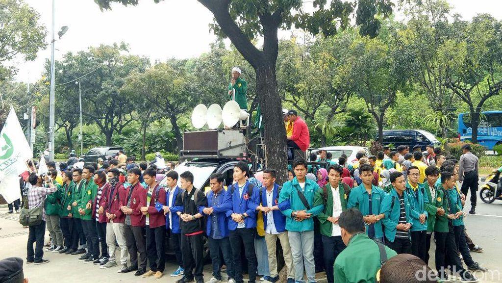 Mahasiswa Demo Ahok di Depan Balai Kota Terkait Penistaan Agama
