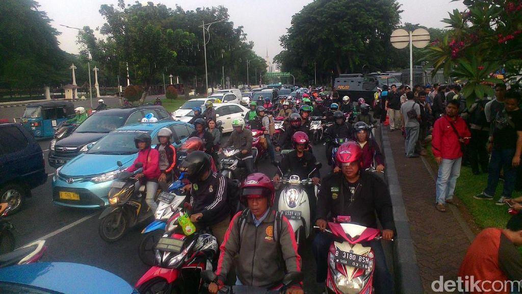 Massa Pendemo di Depan Istana Rusak Kawat Berduri, Lalin Macet