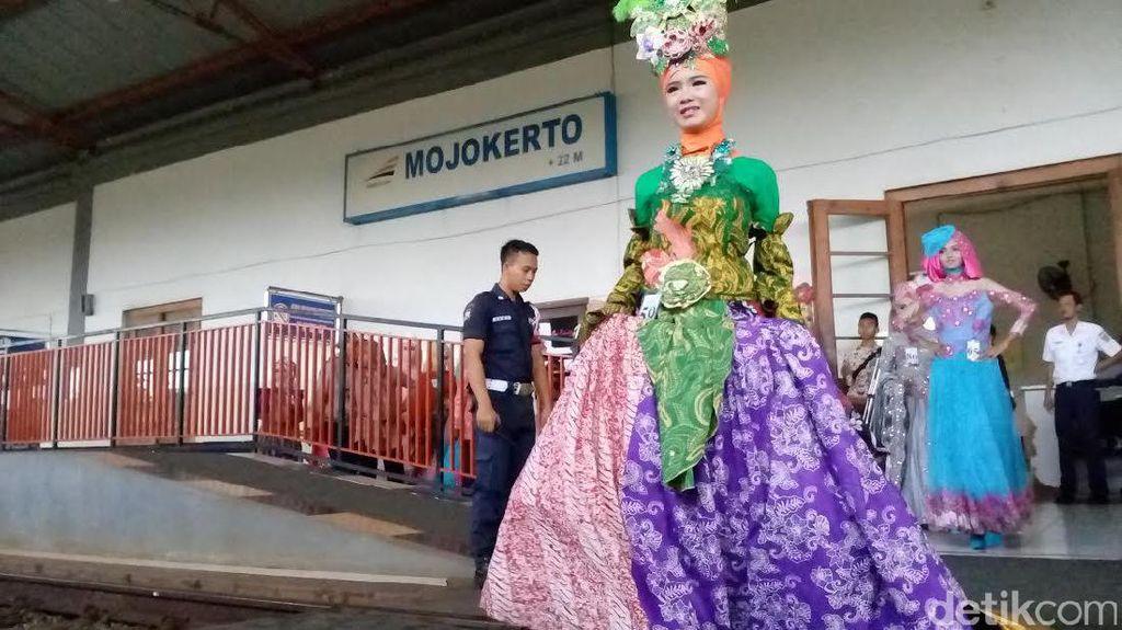 Serunya Menonton Peragaan Busana Muslim di Stasiun Mojokerto