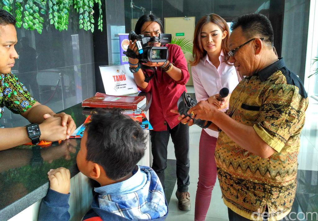 Cerita Saksi Soal Pertemuan Suami Mirna dengan Rangga dan Misteri 'Bungkusan'