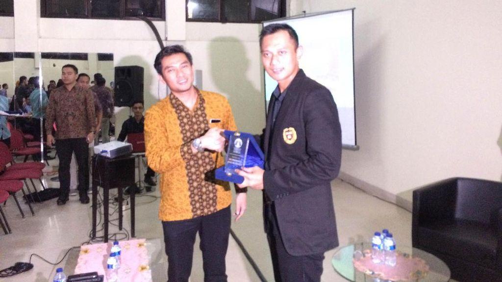 Pakai Jaket Berlogo Universitas Harvard, Agus Yudhoyono Isi Seminar di UI