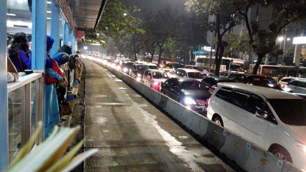 Busnya Terjebak Macet, Ini Cara TransJ Atasi Penumpukan Penumpang di Halte