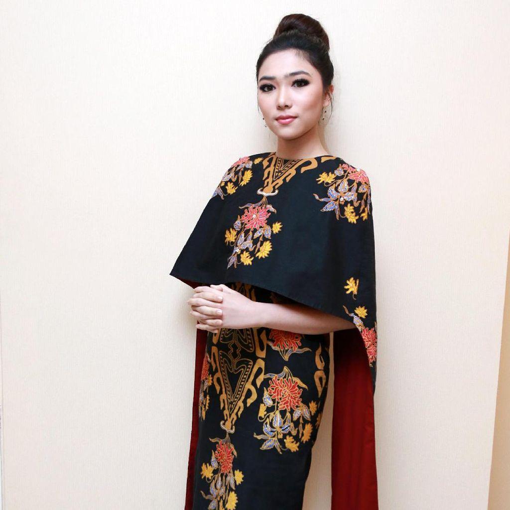 Cantiknya Isyana Sarasvati dengan Dress Etnik