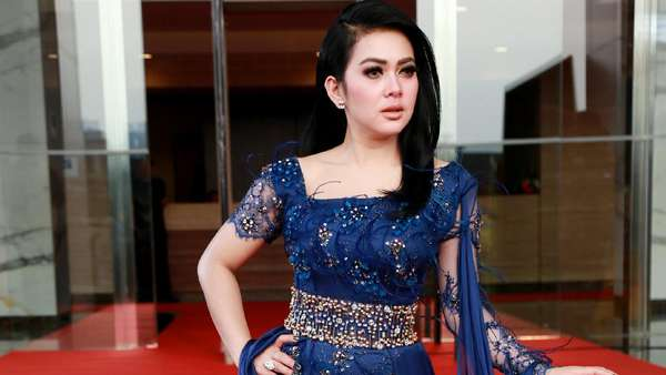 Lady in Blue! Gaya Syahrini dengan Gaun Biru
