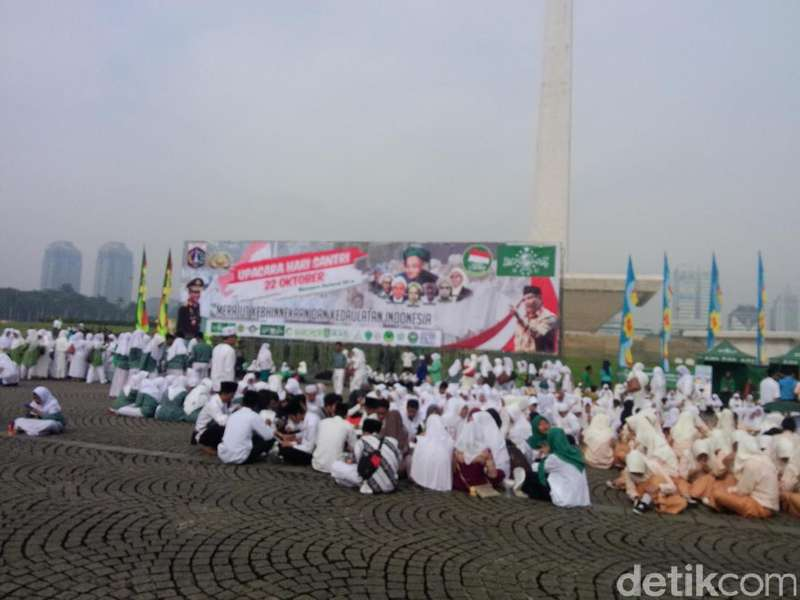 Ribuan Santri Padati Monas Gelar Upacara Bendera