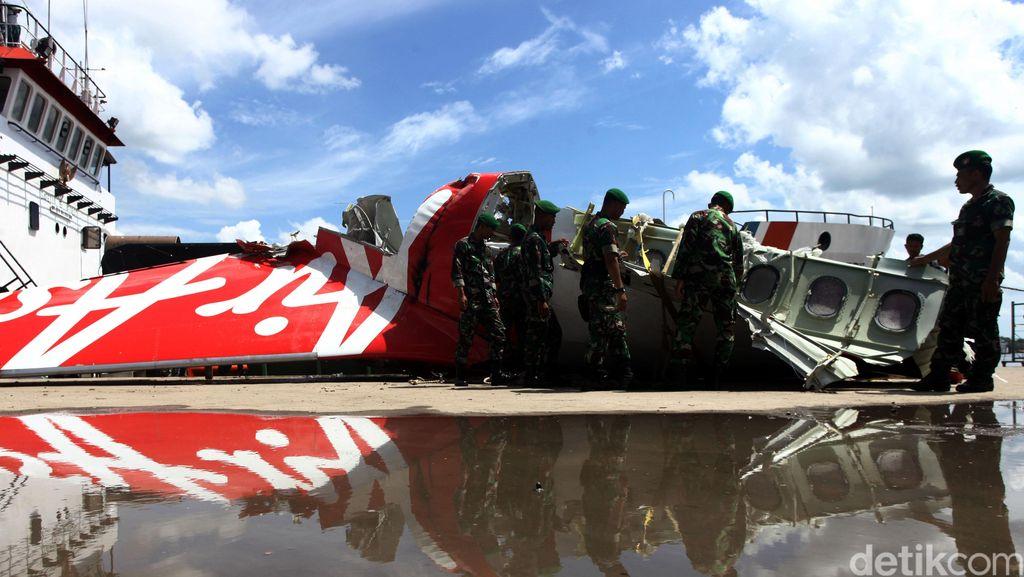 KNKT: AirAsia QZ8501 Dikendalikan Kopilot, Pilot Tak Ambil Alih Saat Darurat