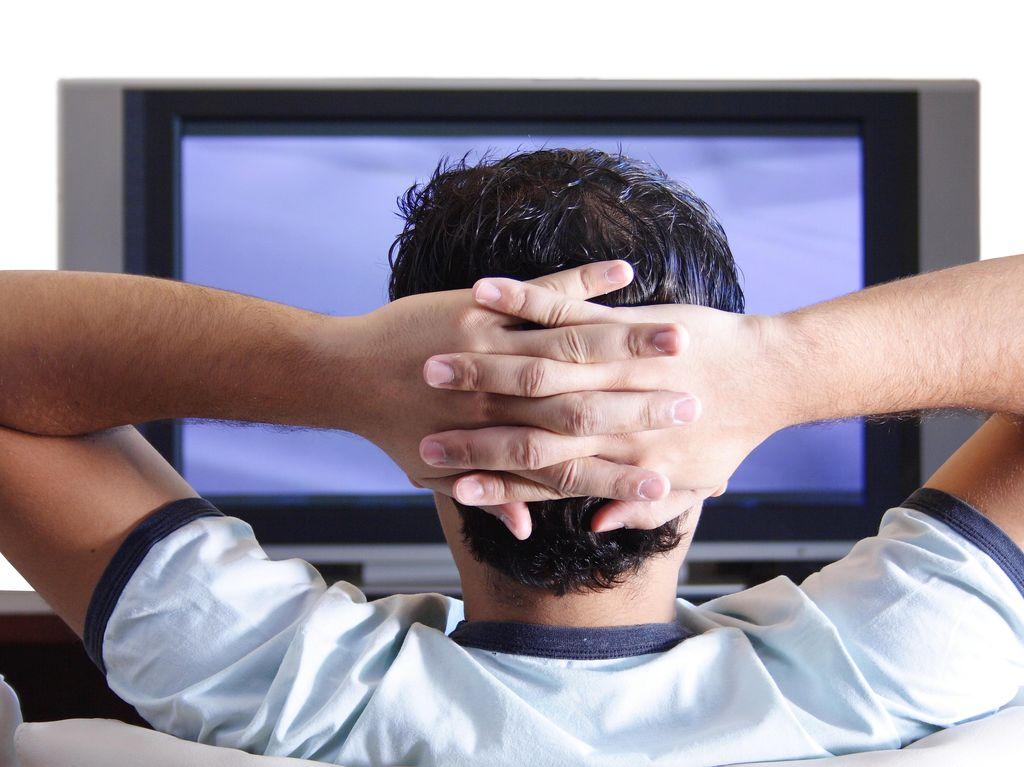 Menonton TV Sampai Lima Jam Sehari? Waspadai Penggumpalan Darah di Kaki