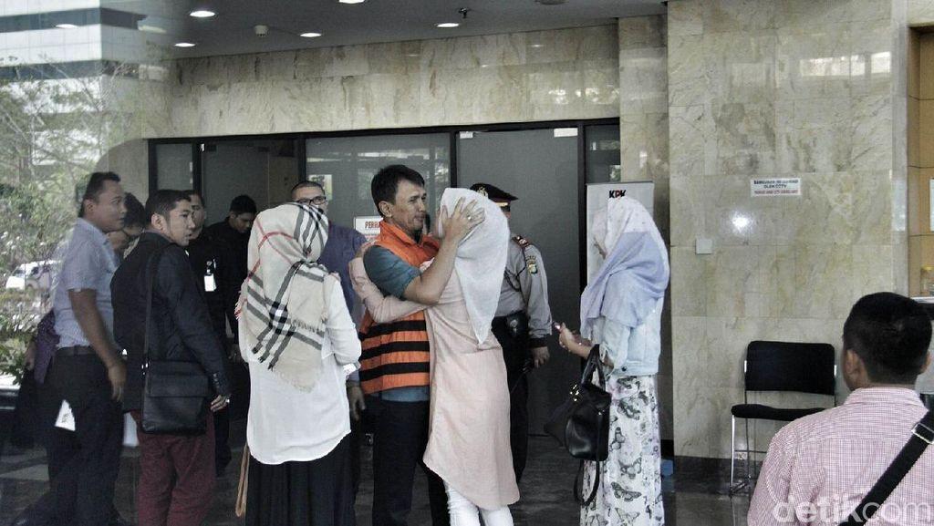 Ciuman Gubernur Gatot untuk Sang Putri Tercinta