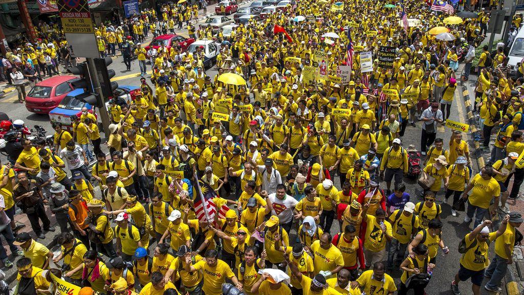 Penampakan Lautan Kuning di Kuala Lumpur: Najib Out, Najib Out!