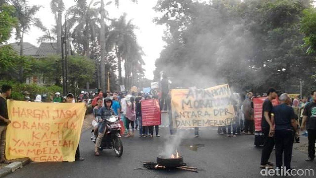 Bawa Pentungan, Ratusan Prajurit TNI Mulai Kosongkan Kompleks Kodam