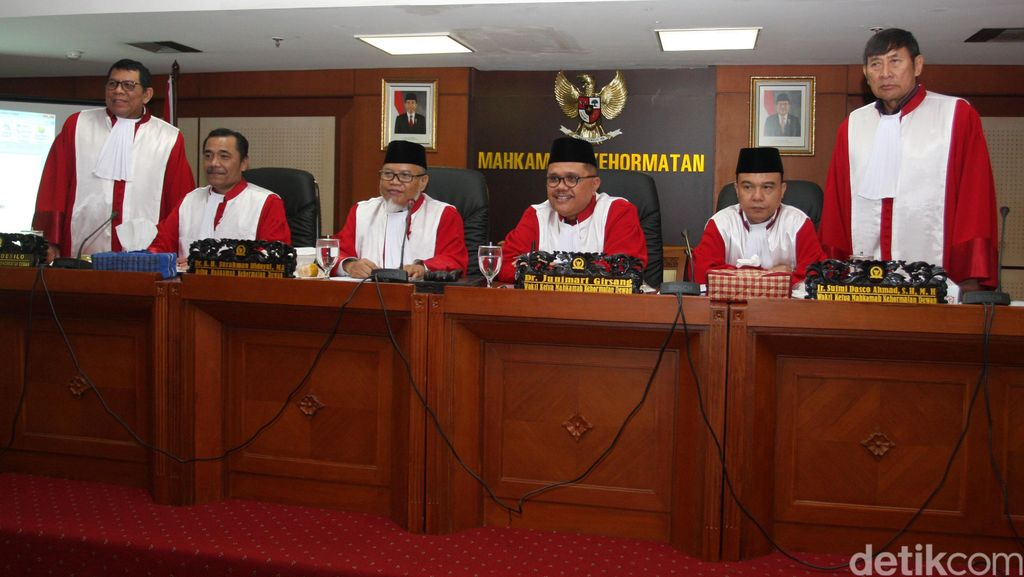 Kisruh Mantan Istri dan Pecat Staf Cantik yang Bikin Anggota DPR Ditegur