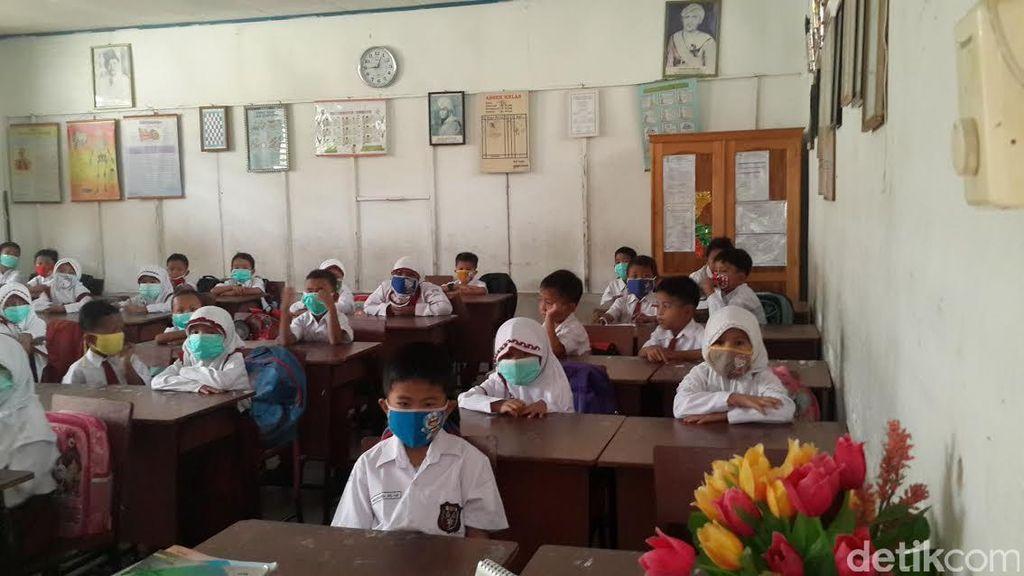 Anda Harus Tahu, Begini Siswa SD di Pekanbaru Belajar di Tengah Kabut Asap