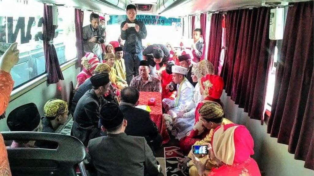 Unik, Mempelai Pengantin ini Ucapkan Ijab Kabul di Dalam Bus yang Melaju