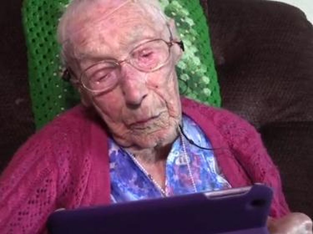 Di Usia 114 Tahun, Nenek Ini Masih Semangat Belajar Operasikan Gagdet