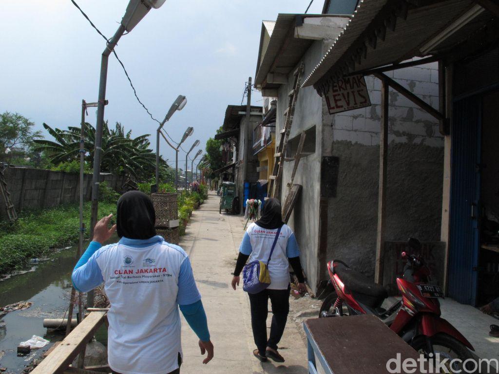 Harapan di Balik Hitamnya Lumpur Kali di Kampung Deret Semper Barat