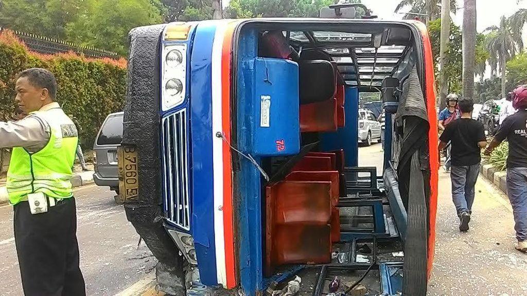 Kenek Metro Mini yang Terguling di Pondok Indah Luka Parah