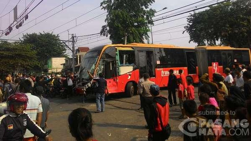 Polisi Sebut Bus TransJ yang Kecelakaan Terobos Palang Perlintasan KA