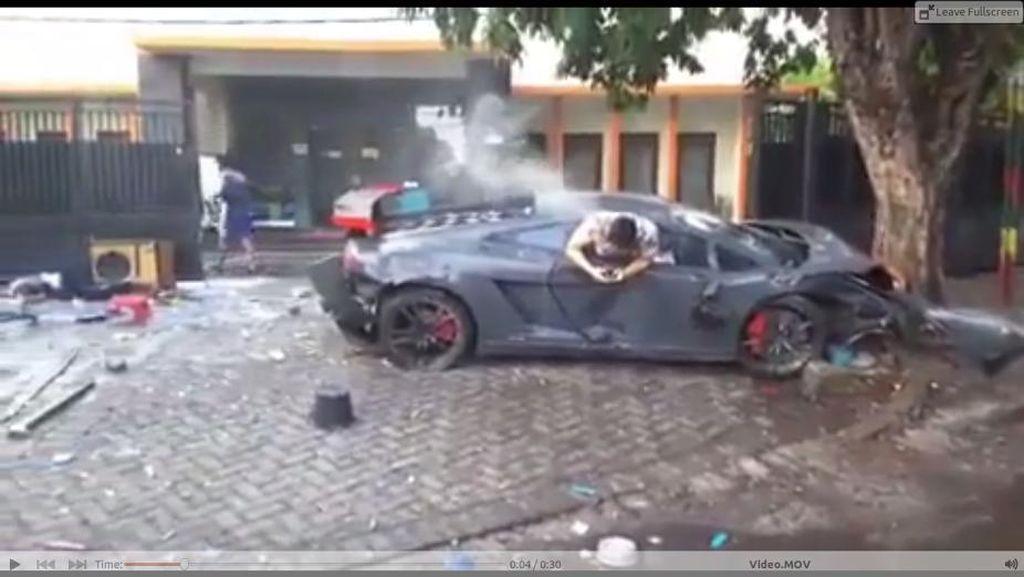 Bertelepon Usai Tabrak Warung STMJ, Sopir Lamborghini: Wiyang Tubrukan, Ma!
