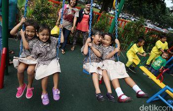 Anak-anak Bermain di RPTRA Borobudur